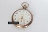 Zegarek pochodzący ze składu H. Golisch mieszczącego się w Bytomiu przy Krakowskiej. W zakładzie można było nabyć zegarki, wyroby jubilerskie, binokle oraz gramofony.